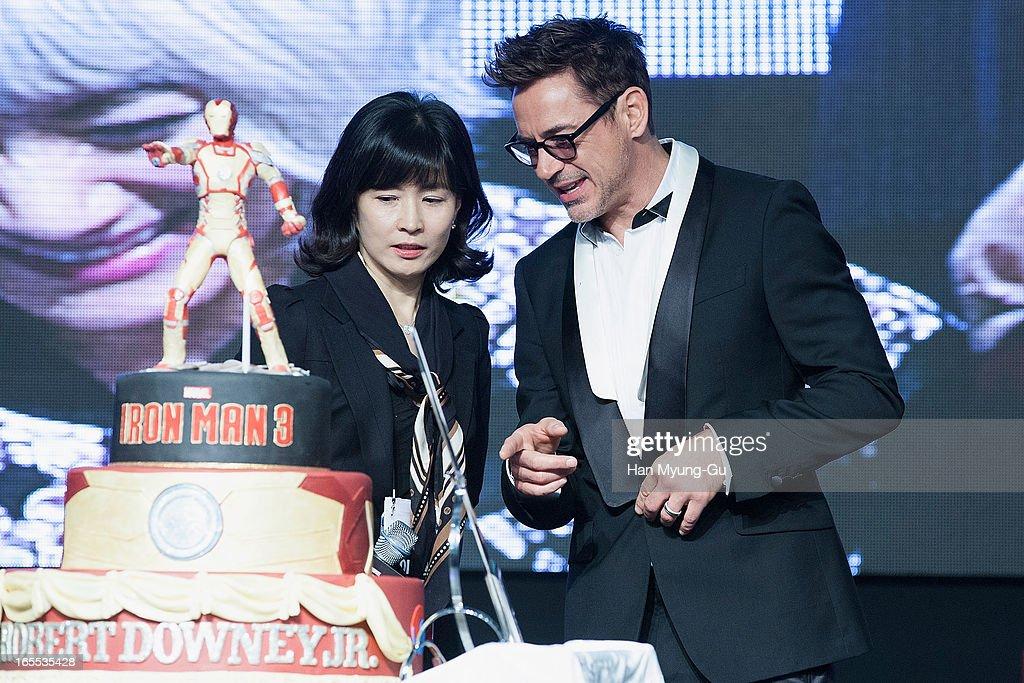 Actor Robert Downey Jr Cuts His 48th Birthday Cake During The Iron Nachrichtenfoto