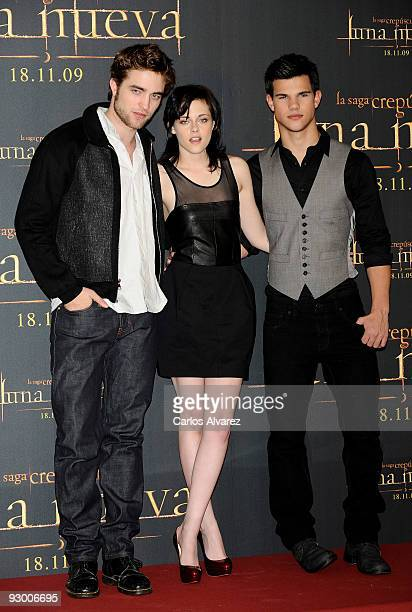 Actor Robert Pattinson actress Kristen Stewart and actor Taylor Lautner attend The Twilight Saga New Moon photocall at Villa Magna Hotel on November...
