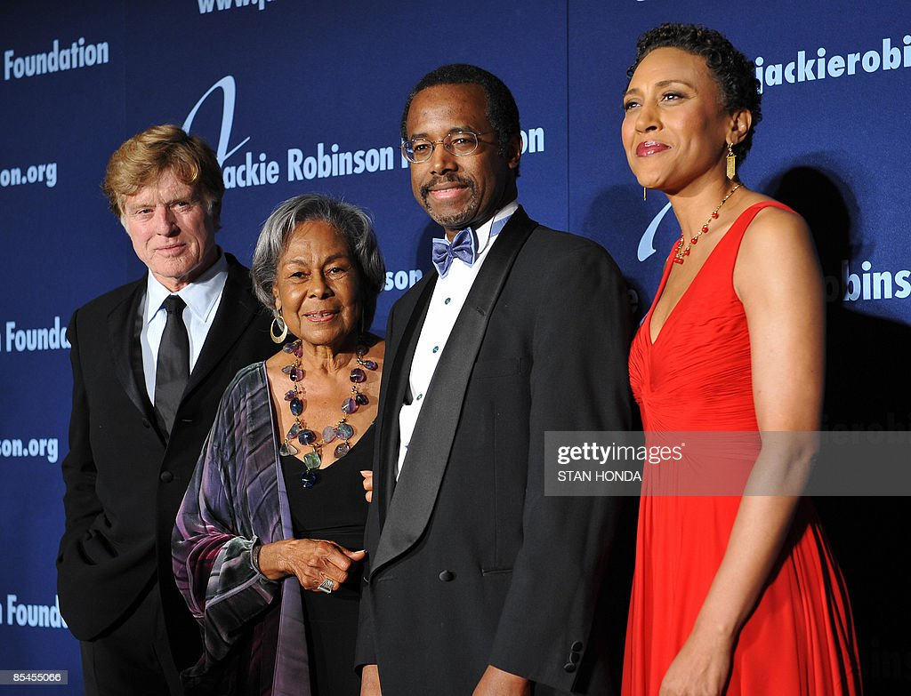 US actor Robert Redford (L), Rachel Robinson (2nd L), wife of Jackie Robinson, Dr. Ben Carson Sr.(2nd R) and Good Morning America co-anchor Robin Roberts (R) at the Jackie Robinson Foundation annual Awards Dinner March 16, 2009 at the Waldorf Astoria Hotel in New York. Redford accepted the ROBIE Humanitarian Award, Carson the Lifetime Achievement Award and Roberts ROBIE Achievement in Industry Award, presented by the foundation. AFP PHOTO/Stan Honda