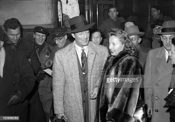US actor Robert Taylor and his wife US actress Barbara Stanwyck arrive from London at the Gare du Nord station in Paris 20 February 1947 In 1947...