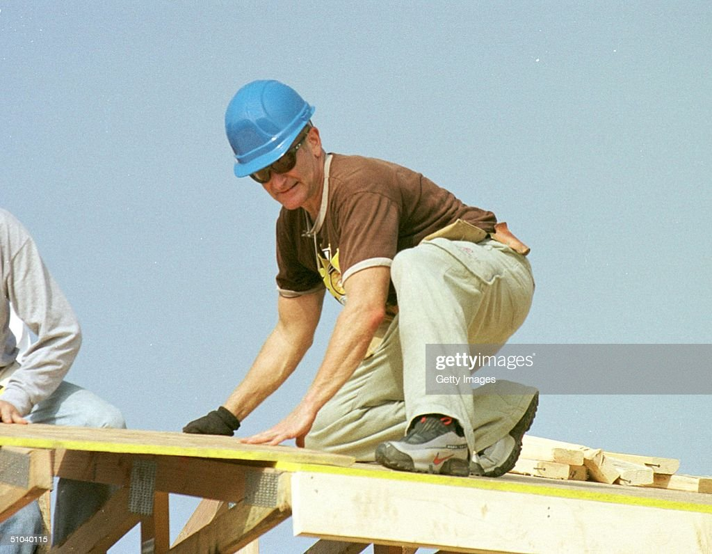 Actor Robin Williams Helps Build Homes... : News Photo