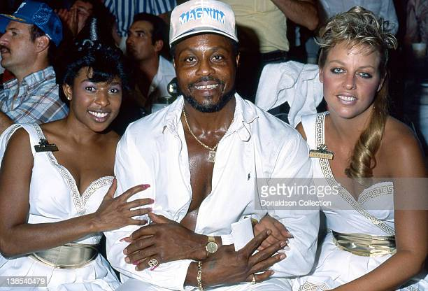 Actor Roger E Mosley or TC from TV's 'Magnum PI' poses for a portrait with two lovely casino employees at the Thomas Hearns versus James Shuler fight...