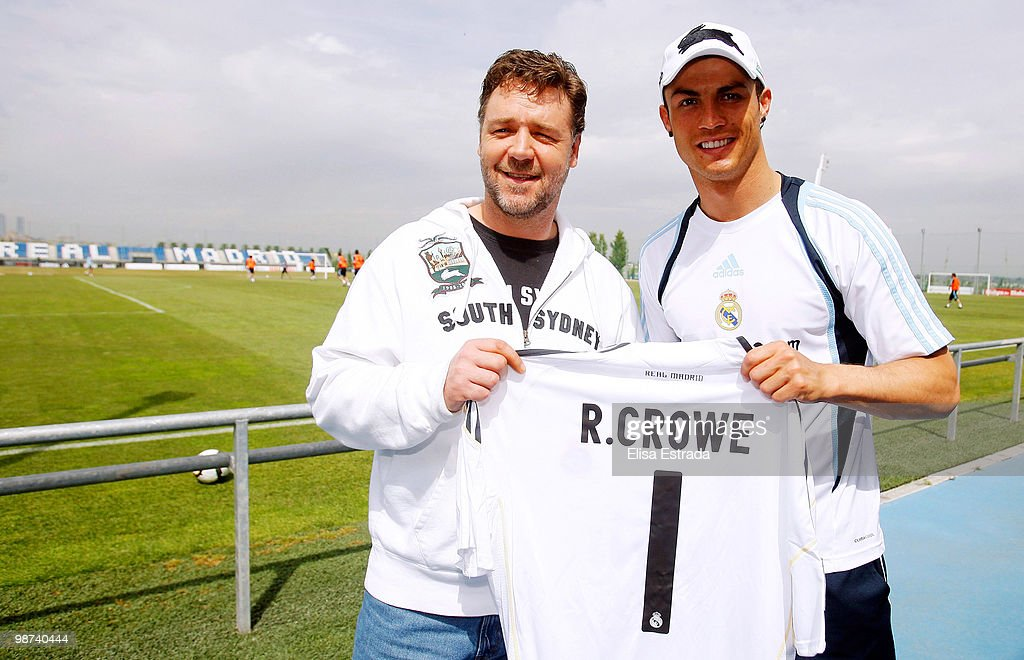 ¿Cuánto mide Russell Crowe? - Real height Actor-russell-crowe-poses-with-cristiano-ronaldo-of-real-madrid-a-picture-id98740444