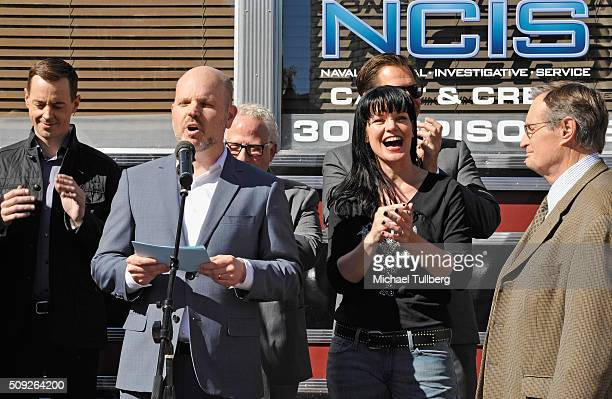 Actor Sean Murray executive producers Glenn Geller and Gary Glasberg and actors Michael Weatherly Pauley Perrette and David McCallum attend the cake...
