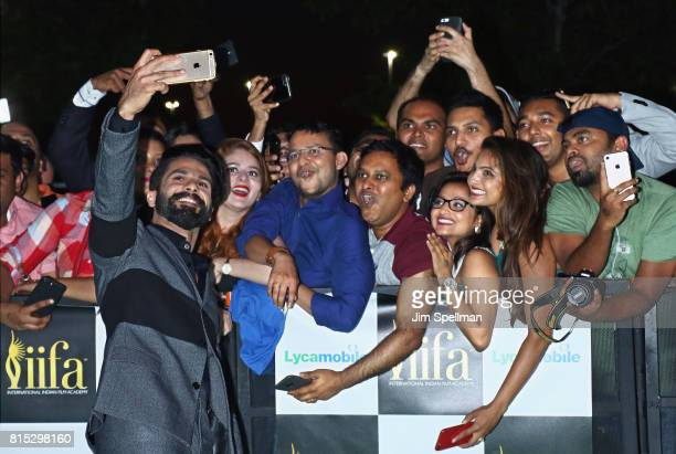 Actor Shahid Kapoor pose with the fans at the 2017 International Indian Film Academy Festival at MetLife Stadium on July 14 2017 in East Rutherford...