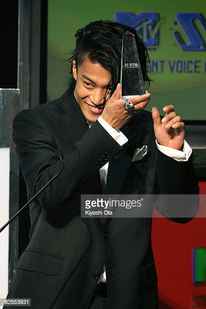 "Actor Shun Oguri gestures after receiving the Best ""STUDENT VOICE"" Actor award during the MTV Student Voice Awards 2008 at Shinkiba Studio Coast on..."