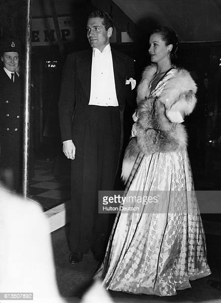 Actor Sir Laurence Olivier and his wife and actress Vivien Leigh arrive at the Leicester Square Empire for the premiere of the film Scott of the...