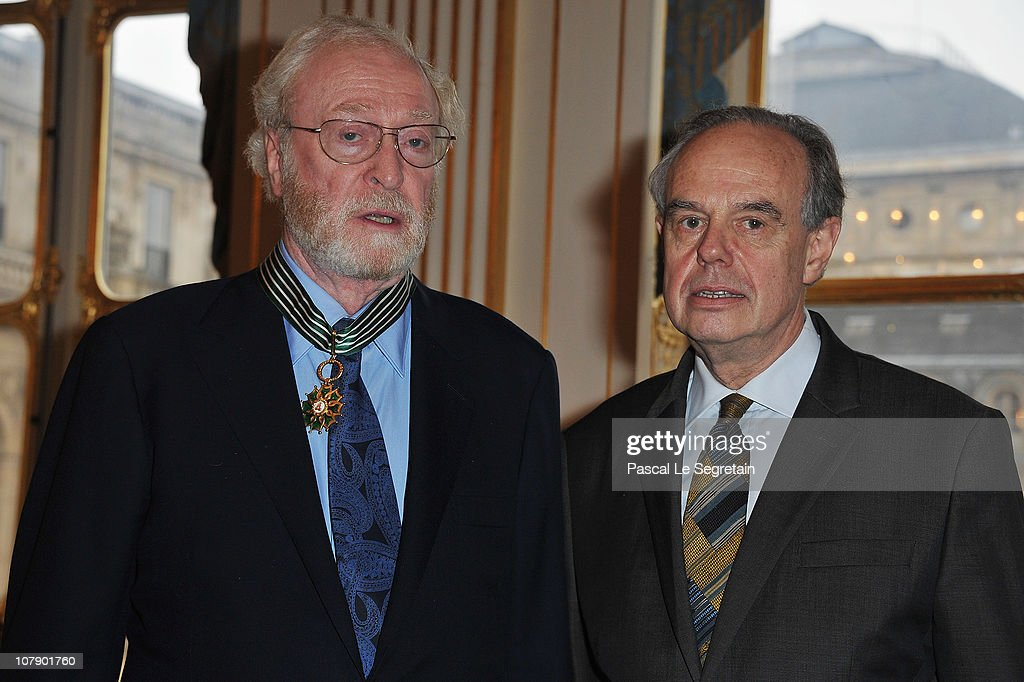"Actor Michael Caine Awarded ""Commandeur Des Arts Et Des Lettres"" At Ministere De La Culture : Nieuwsfoto's"