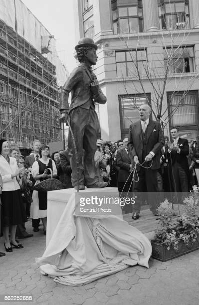 Actor Sir Ralph Richardson unveils a statue of comedian Charlie Chaplin in Leicester Square London on the 92nd anniversary of Chaplin's birth 16th...