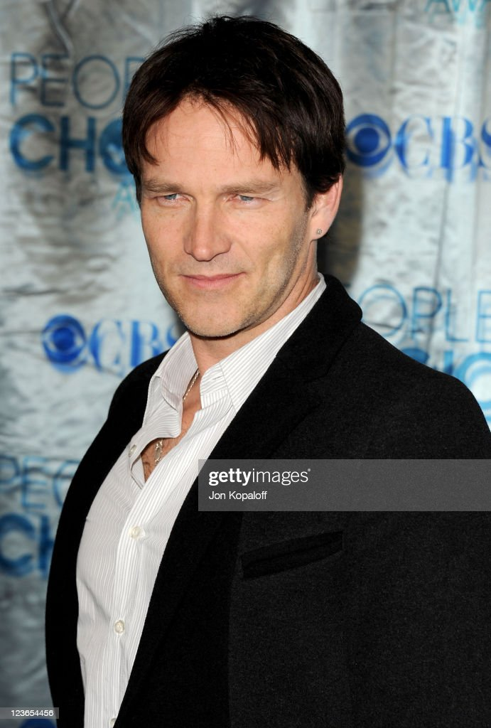 Actor Stephen Moyer arrives at the 2011 People's Choice Awards at Nokia Theatre L.A. Live on January 5, 2011 in Los Angeles, California.