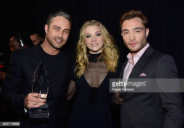 Actor Taylor Kinney winner of the award for Favorite Dramatic TV Actor actress Natalie Dormer and actor Ed Westwick attend the People's Choice Awards...