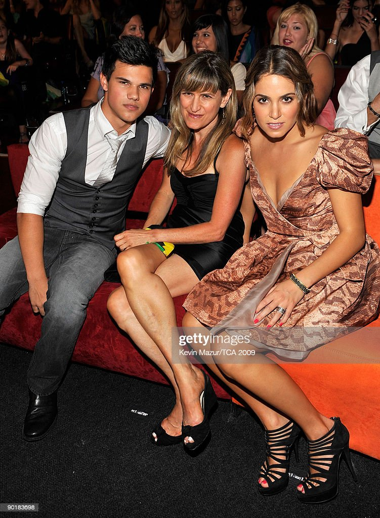 Actor Taylor Lautner, director Catherine Hardwicke, and actress Nikki Reed pose during the Teen Choice Awards 2009 held at the Gibson Amphitheatre on August 9, 2009 in Universal City, California.