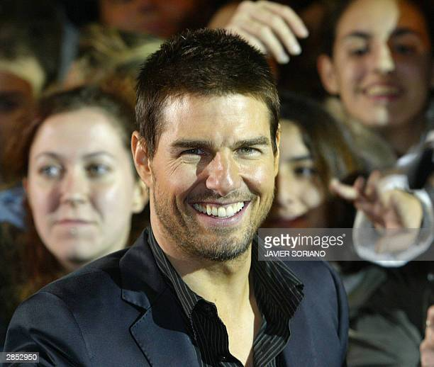 US actor Tom Cruise poses next to fans during the premiere of his new film 'The Last Samurai' in Madrid 08 January 2004 AFP PHOTO/ Javier SORIANO