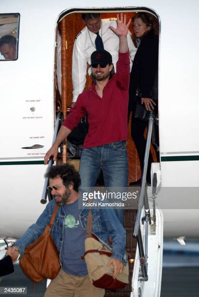 Actor Tom Cruise waves as he arrives at Haneda Airport August 28 2003 in Tokyo Japan Cruise is currently on a promotional tour for his new film The...