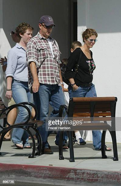 Actor Tom Hanks, his wife Rita Wilson and daughter Elizabeth Hanks walk down Broadway June 22, 2002 in Santa Monica, California.