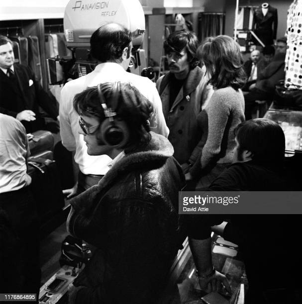 Actor Tom Lacy director Stuart Hagmann and actors Michael Sarrazin and Jacqueline Bisset on the set of the Israel Horovitz movie Believe In Me in...