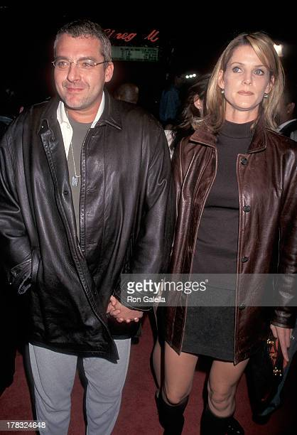Actor Tom Sizemore and wife actress Maeve Quinlan attend the 'Boogie Nights' Hollywood Premiere on October 15 1997 at the Mann's Chinese Theatre in...