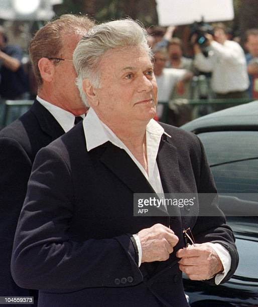 Actor Tony Curtis arrives for the funeral of the legendary entertainer Frank Sinatra at the Good Shepard Catholic Church in Beverly Hills 20 May...