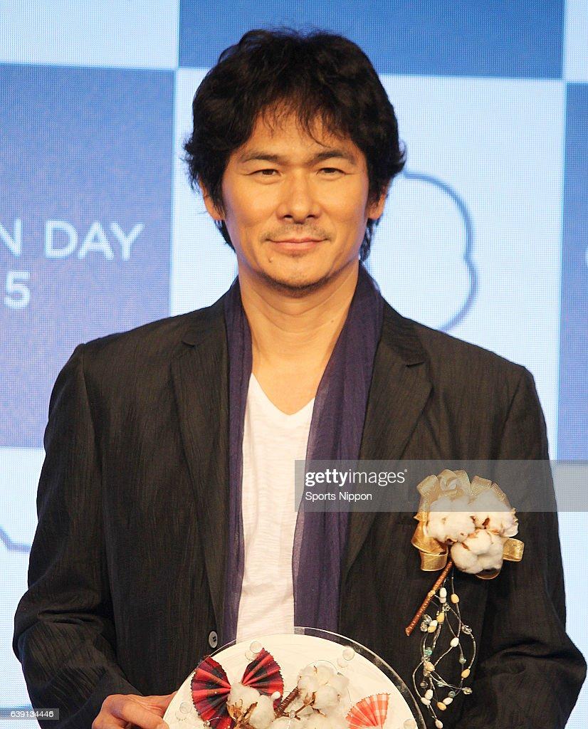 Tsuyoshi Ihara Attends Awards Ceremony In Tokyo : ニュース写真