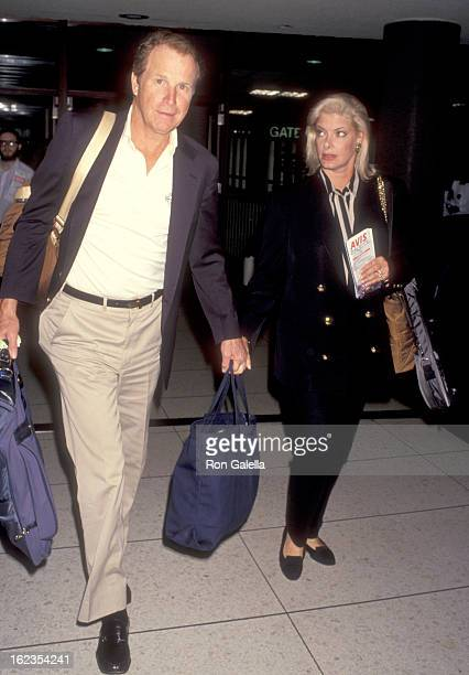 Actor Wayne Rogers and wife Amy Hirsh on September 12 1993 arrive at the Los Angeles International Airport in Los Angeles California