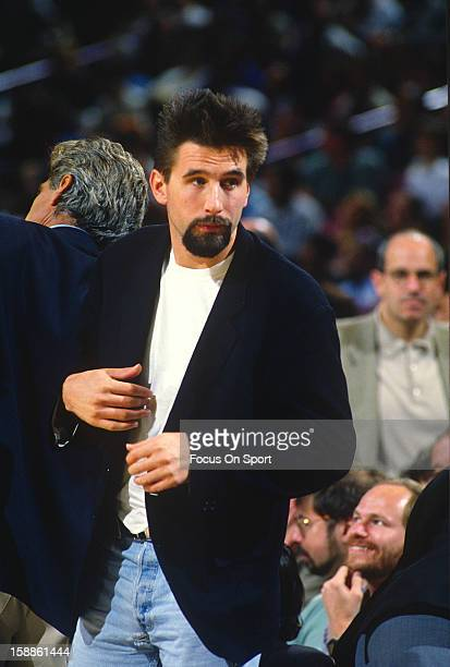 Actor William Baldwin looks on during the 1994 NBA Playoffs between the Chicago Bulls and the New York Knicks at Madison Square Garden in the...