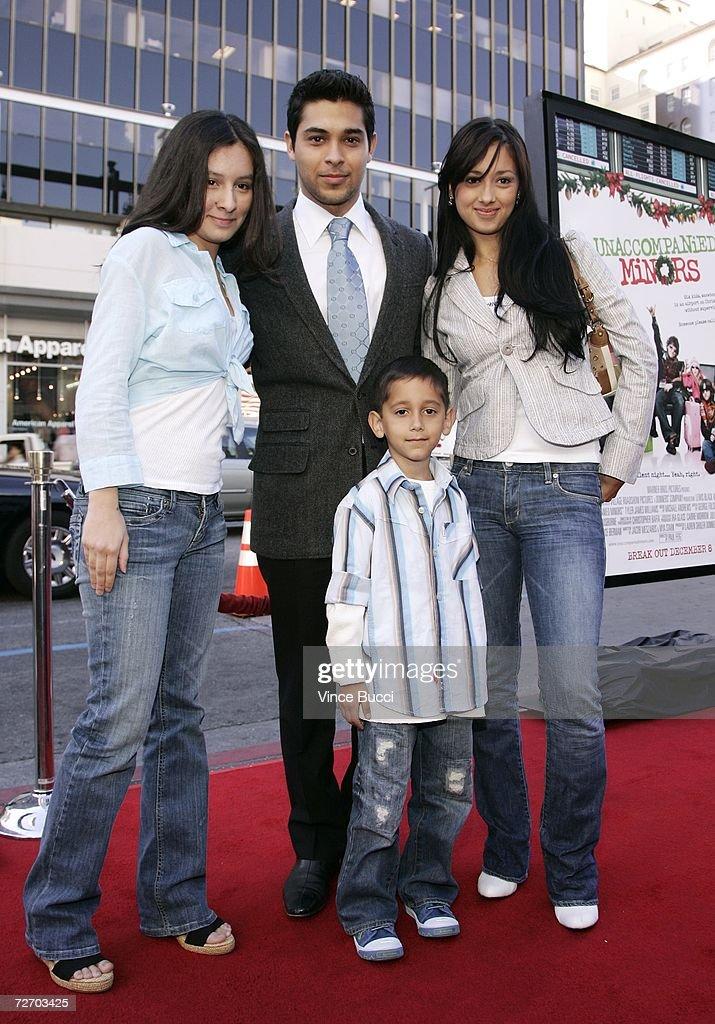 Premiere Of Warner Bros. ''Unaccompanied Minors'' - Arrivals : Nachrichtenfoto