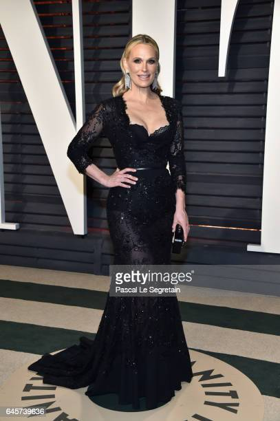 Actormodel Molly Sims attends the 2017 Vanity Fair Oscar Party hosted by Graydon Carter at Wallis Annenberg Center for the Performing Arts on...