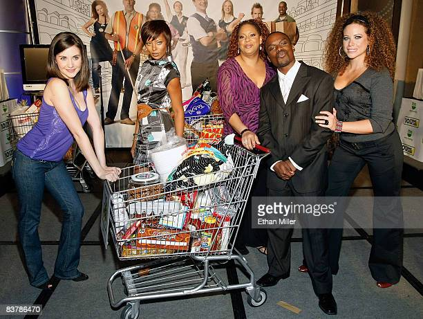 Actors Alison Brie Eva Marcille Kim Coles Greg Davis Jr and Roberta Valderrama appear in the 10 Items or Less celebrity bagging competition during...