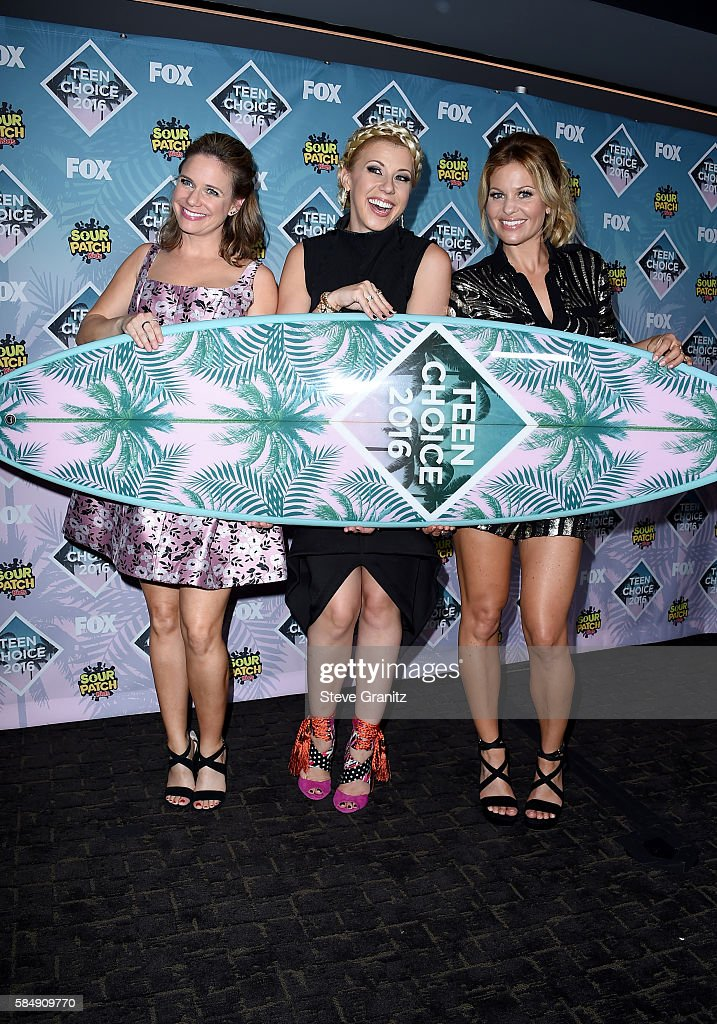 Actors Andrea Barber, Jodie Sweetin and Candace Cameron-Bure pose with the Choice TV Comedy award for 'Fuller House' in the press room during Teen Choice Awards 2016 at The Forum on July 31, 2016 in Inglewood, California.