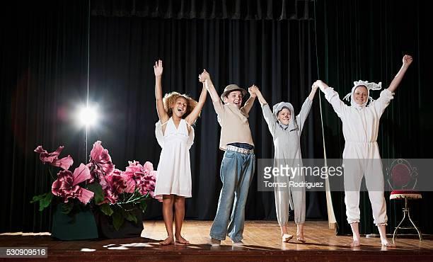 actors bowing at curtain call - ator - fotografias e filmes do acervo