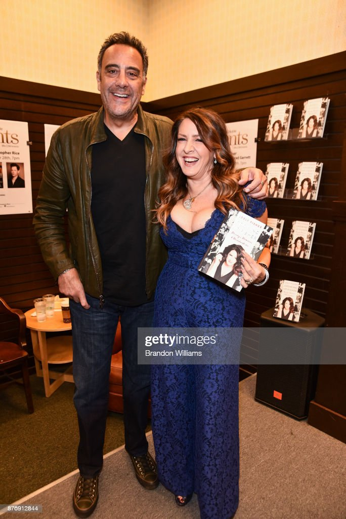 """Joely Fisher Book Signing For """"Growing Up Fisher"""" : Fotografía de noticias"""