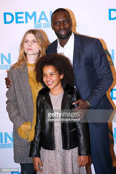 Actors Clemence Poesy Omar Sy and Gloria Colston attend the 'Demain Tout Commence' Paris Premiere at Cinema Le Grand Rex on November 28 2016 in Paris...