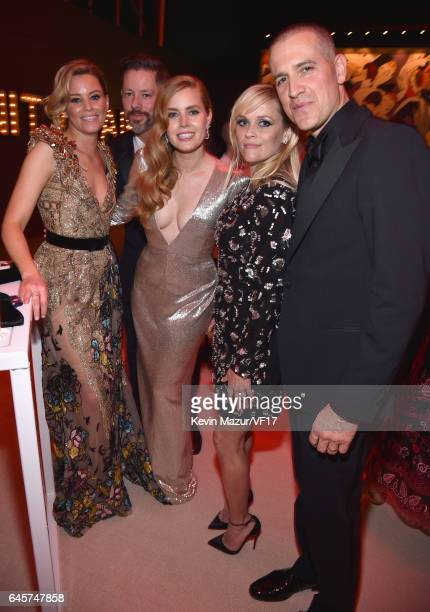 Actors Elizabeth Banks Darren Le Gallo Amy Adams Reese Witherspoon and talent agent Jim Toth attend the 2017 Vanity Fair Oscar Party hosted by...