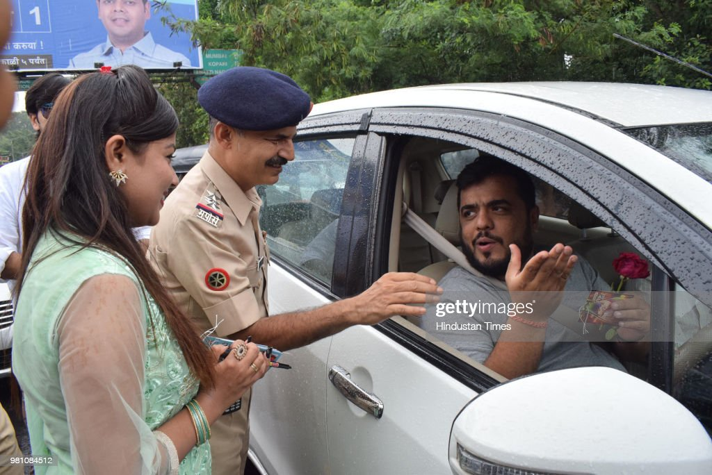 Actors Of Marathi Movie Dry Day Present Greetings And Flowers To Motorists Who Flouted Rules