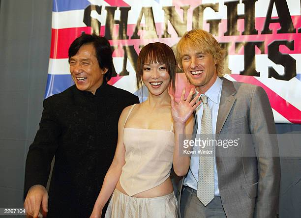 Actors Jackie Chan Fann Wong and Owen Wilson pose for photos at the premiere of Shanghai Knights at the El Capitan Theatre on February 3 2003 in Los...