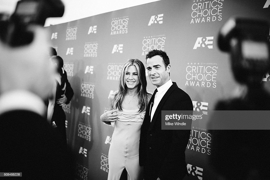 Actors Jennifer Anistor (L) and Justin Theroux attend the 21st annual Critics' Choice Awards at Barker Hangar on on January 17, 2016 in Santa Monica, California.