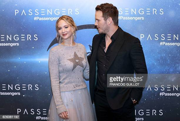 """Actors Jennifer Lawrence and Chris Pratt pose during the photocall for their lastest film """"Passengers"""" in Paris on November 29, 2016. / AFP /..."""