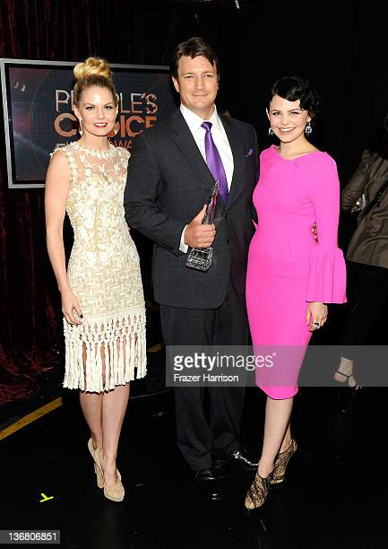 Actors Jennifer Morrison Nathan Fillion with the award for Favorite TV Drama Actor and Ginnifer Goodwin attend the 2012 People's Choice Awards at...