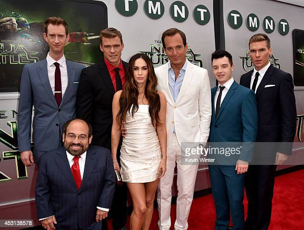 Actors Jeremy Howard Danny Woodburn Alan Ritchson Megan Fox Will Arnett Noel Fisher and Pete Ploszek attend the premiere of Paramount Pictures'...