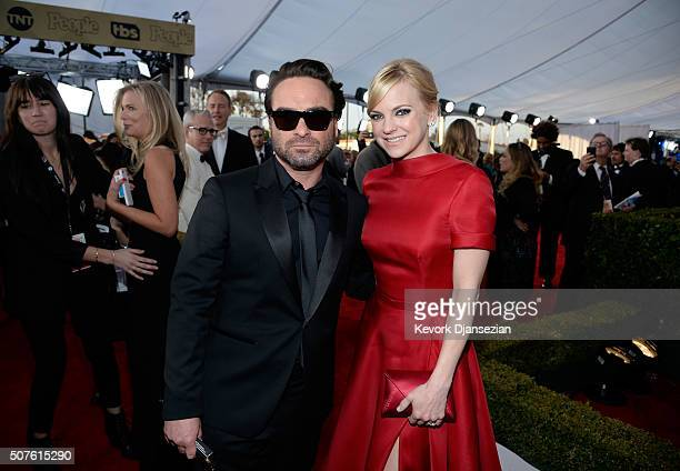 Actors Johnny Galecki and Anna Faris attend the 22nd Annual Screen Actors Guild Awards at The Shrine Auditorium on January 30 2016 in Los Angeles...