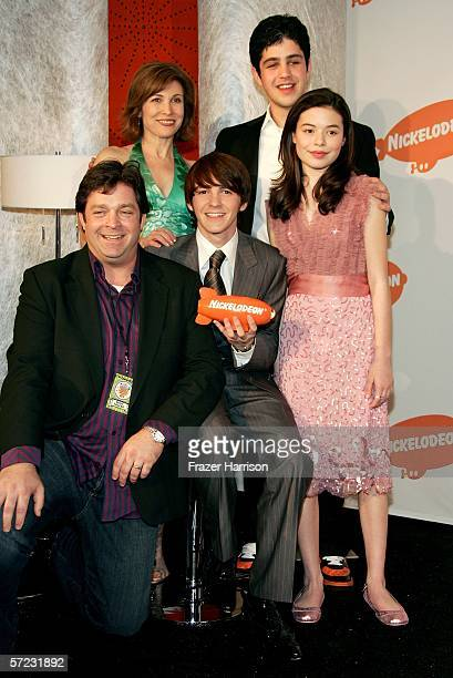 Actors Jonathan Goldstein Nancy Sullivan Drake Bell Josh Peck and Miranda Cosgrove of the show Drake Josh pose with their award for Favorite TV Show...