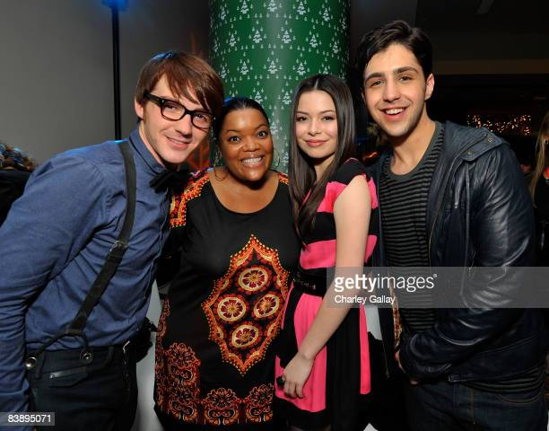 Actors Josh Peck Yvette Nicole Brown Miranda Cosgrove and Drake Bell attend the after party for Merry Christmas Drake Josh at the Westside Pavillion...