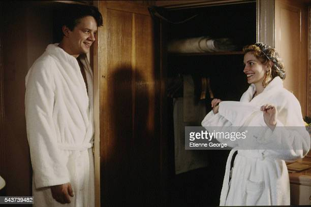 Actors Julia Roberts and Tim Robbins on the set of the film PrêtàPorter directed by American director Robert Altman