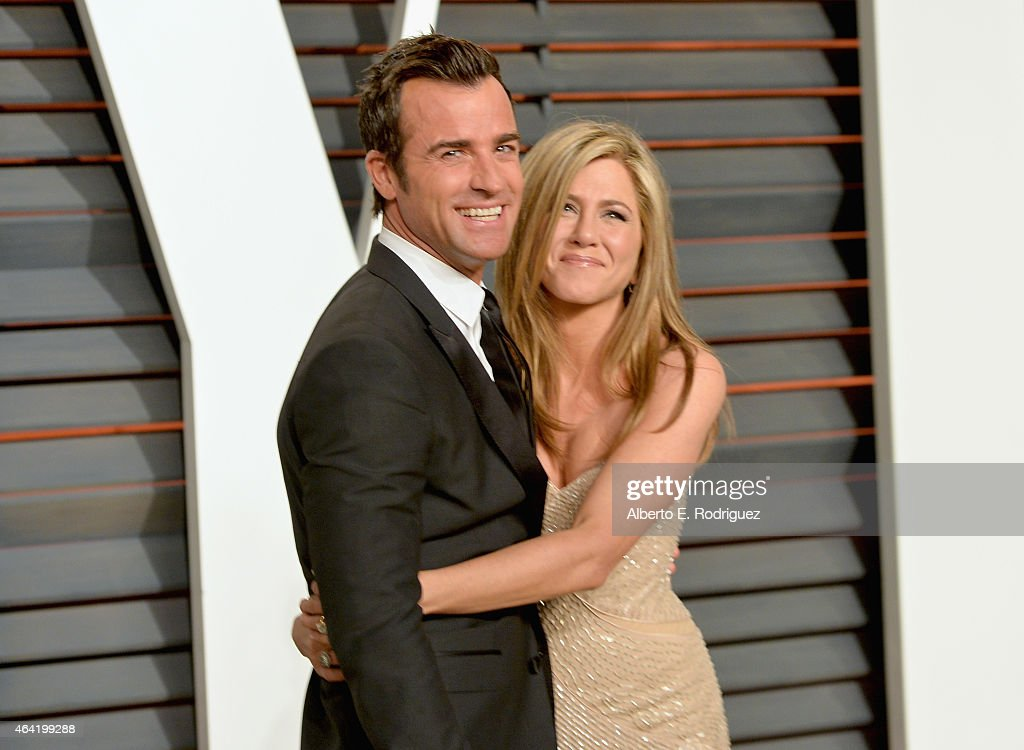 Actors Justin Theroux (L) and Jennifer Aniston attends the 2015 Vanity Fair Oscar Party hosted by Graydon Carter at Wallis Annenberg Center for the Performing Arts on February 22, 2015 in Beverly Hills, California.