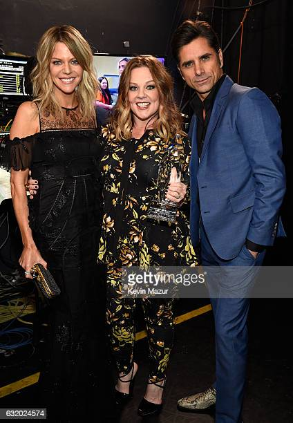 Actors Kaitlin Olson Melissa McCarthy and John Stamos backstage at the People's Choice Awards 2017 at Microsoft Theater on January 18 2017 in Los...