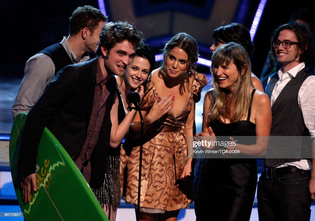 Actors Kellan Lutz, Robert Pattinson, Kristen Stewart, Nikki Reed, Catherine Hardwicke, Ashley Greene and Jackson Rathbone accept the Twilight Award onstage during the 2009 Teen Choice Awards held at the Gibson Amphitheatre on August 9, 2009 in Universal City, California.