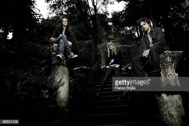 Actors Kristen Stewart and Robert Pattinson and director Catherine Hardwicke pose for the 'Twilight' Portrait Session at the 'De Russie' hotel during...