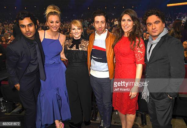 Actors Kunal Nayyar Kaley Cuoco Melissa Rauch Simon Helberg Mayim Bialik and Johnny Galecki onstage during the People's Choice Awards 2017 at...