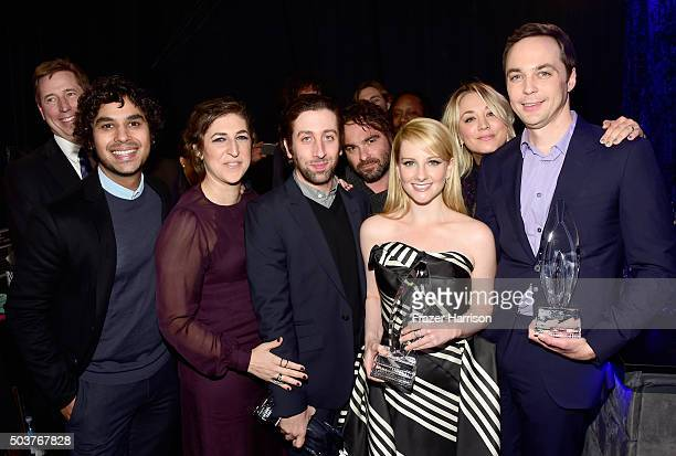 Actors Kunal Nayyar Mayim Bialik Simon Helberg Johnny Galecki Melissa Rauch Kaley Cuoco and Jim Parsons with the award for 'Favorite TV Show' attend...