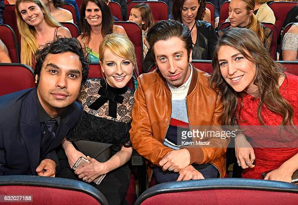 Actors Kunal Nayyar Melissa Rauch Simon Helberg and Mayim Bialik attend the People's Choice Awards 2017 at Microsoft Theater on January 18 2017 in...